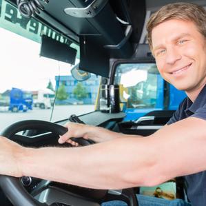 Auszubildender Berufskraftfahrer am Lenkrad