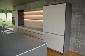 Designküche mit freistehender Kücheninsel, Hochschrankzeile mit Rückwand und Eiche Steckboard