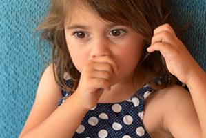 Dauerhaftes Daumenlutschen schadet dem Gebiss und der Kieferentwicklung
