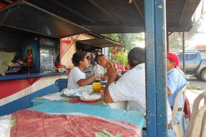 Frühstück in Coatepeque / Strom gibt es hier nur aus dem Genarator aktuell
