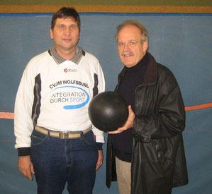 Jürgen Berkle (rechts mit dem Willeball) und Manfred Wille. Jürgen Berkle hat die Pausenliga als NVV-Vizepräsident stark im organisierten Volleyballsport beworben.