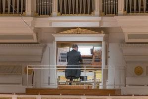 Tobias Berndt an der Orgel im Großen Saal des Konzerthauses Berlin