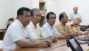 知事選の候補者選びをめぐって記者会見した調整会議のメンバー=19日夕、自治労沖縄県本部
