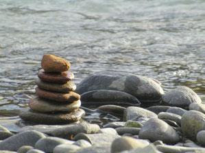 Steinmännchen auf Steinen am Fluss