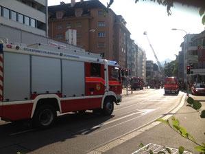 Feuerwehrautos, im Hintergrund brennendes Haus und Drehleiter, Grossbrand in Olten