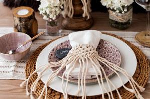 présentation assiette mariage avec porte serviette macramé à l'intérieur