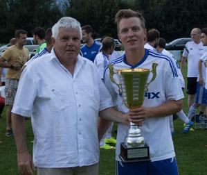 Arno Huber, Sohn von Vereinsgründer Elmar Huber, konnte den Wanderpokal an den SC Röthis übergeben. © Florian Hepberger
