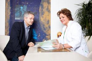 Dr. Seibold im Gespräch mit Herrn Ziegler (Praxiscoach & Zahntechniker von IMEX Dental)