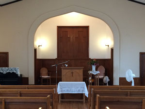 講壇後ろの少し高いところ(十字架が彫られた扉の後ろ)に、バプテストリー(洗礼槽)と呼ばれる大きな水槽(プール)があり、ここでバプテスマを行います。