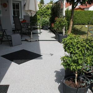 Steinteppich aus Naturmarmor als perfekte Alternative für Fliesen. Der Belag ist frostsicher und pflegeleicht.