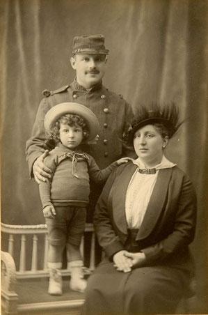 Hermann Steinmuller, Fernande Heimendinger et leur fils aîné Bernard en 1915 (photo CDJC côte MXII-6351-129843)