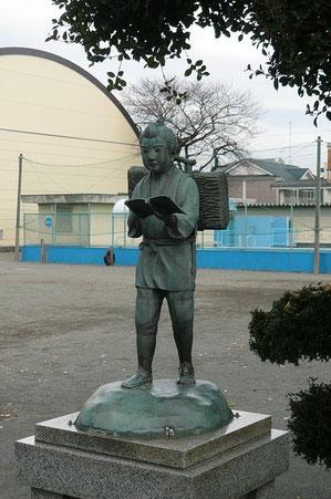 Statue in einer Schule.