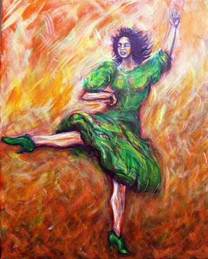 Tanzende Frau mit gruenem Kleid und mit gruenen Schuhen