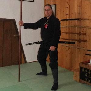 Thomas Melzer (Shidôshi, 7. Dan Bujinkan Budo Taijutsu), mit Bo (Langstock) und Katana (Schwert) in seinem Dojo. Traditionelle Kampfkunst, Kampfsport, Seminar in Marl, Stockkampf, Bojutsu, Schwertkampf, Kenjutsu