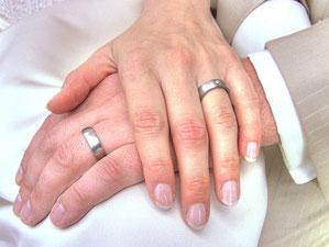 Foto zweier Hände bei der Trauung, Copyright: morak faxe@flickr.com