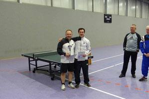 Die Kontrahenten im Einzelfinale gewinnen gemeinsam die Doppelkonkurrenz.