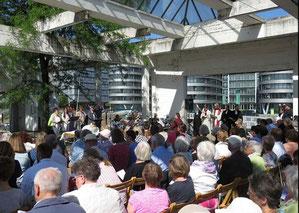 Rund 400 Menschen waren 2018 zum Pfingstgottesdienst im Duisburger Innenhafen gekommen. (Foto: stadtkirche-duisburg.de)