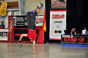 Guenter Mokulys / One-Armed-Handstand-Rollenflip