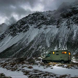 einsamer Stellplatz mit dem Wohnmobil in den Alpen