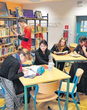 Beliebt ist der Schülertreff. Er kann genutzt werden zum Erledigen von Hausaufgaben, Vorbereitungen für Klassenarbeiten oder einfach nur zum Lesen.