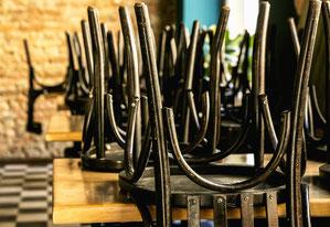 Stühle hoch: Kaum eine Branche ist so stark von den Corona-Einschränkungen betroffen wie die Gastronomie und Hotellerie. Die Gewerkschaft NGG fordert Hygienepläne und Gefährdungsbeurteilungen, bevor Lokale wieder öffnen. Foto: NGG