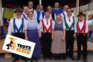 Trotzblech ist eine Tanzbodenkapelle und spielt Tanzmusik wie sie vor ca. 100 Jahren auf den Festen im deutschen Südwesten gespielt wurde.