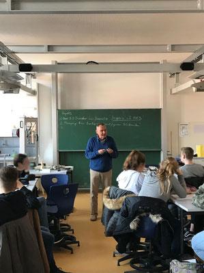Peter Eyerer (OJW) beim Unterricht am Markgrafen Gymnasium