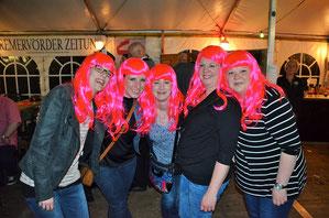 Schlagerparty, wir kommen: Diese junge Besucherinnen haben sich einheitliche Frisuren zugelegt.
