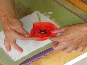 Papier schöpfen mit Blüten und Blättern