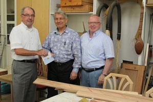 Groß war die Freude bei Peter Woßlick (Mitte) und Manfred Walter, als sie den Spendenscheck von Bruno Gärtner überreicht bekamen und damit neue Geräte anschaffen können Foto: KHP