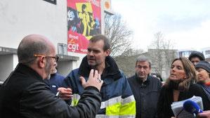 Le commandant Jean-Pascal Richard, en négociations avec le représentant de la CGT.