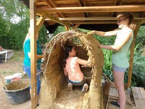 Foto: (T. Manns) NAJU beim Bau des Lehmbackofens