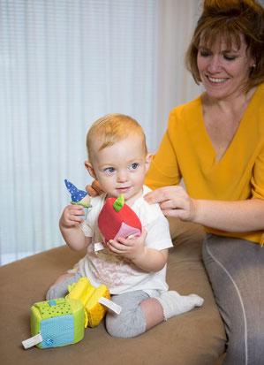 Kindertuinabehandlung bei einem Kleinkind am Rücken