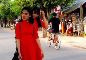 zwei junge Damen in grellem Rot