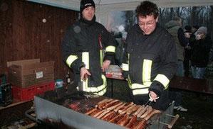 Daniel Niggemeier (links) und Enno Handge kümmern sich um die Versorgung der Gäste. Sie grillen Bratwürste.