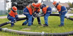 Osterburger Feuerwehrnachwuchs kuppelt Saugelängen zu einem Kreis zusammen. Die Biesestädter konnten sich am Ende über ordentliche Platzierungen freuen. Fotos: Maß