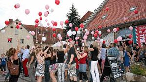 Viele gute Wünsche ließen die Gäste der Geburtstagsparty in den Helmstedter Abendhimmel steigen.