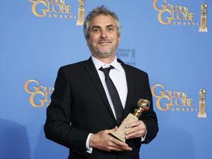 Alfonso Cuarón con su Globo de Oro a mejor director. Fuente: Reuters