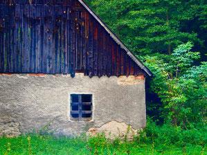 harmonsich dieses verfallene Fassadenteil