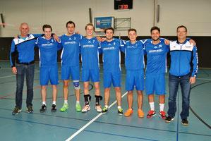 Die Männer des Turnvereins Hohenklingen konnten mit ihren neuen Trikots am Samstag gleich ihre beiden ersten Spiele in der zweiten Bundesliga gewinnen und die Tabellenspitze erobern. Mit den Akteuren freuen sich Sponsor und Co-Trainer Guido Schaub (links)