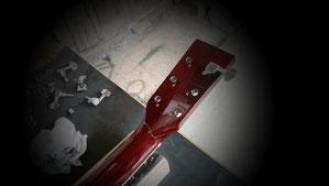 réparation d'une guitare avec tête cassée