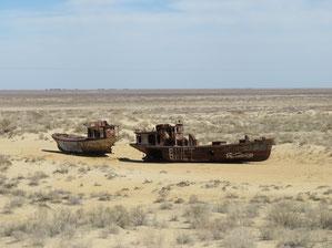 Nur noch die alten Schiffswracks erinnern daran,  dass der Aralsee einmal bis nach Moynak gereicht hat.