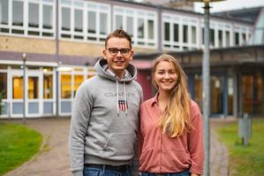 Das ehrenamtliche Orga-Team der Buxtehuder Ausbildungsmesse: Niels Kohlhaase (li.) und Vivienne Hoffmann.