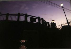 今や石橋となり夕やみにけぶる「思惑の橋」かつては板橋でした