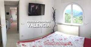 Schlafzimmer Ferienwohnung Valencia mit TV an der Wand
