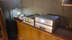 最新のオーディオ設備とレコードプレーヤー