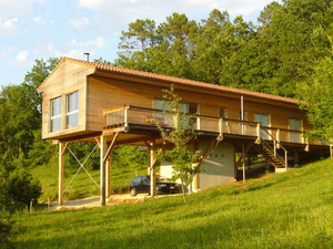 Maison bois sur pilotis réalisée par la jeune entreprise lotoise SCOP O CHENE aux Arques