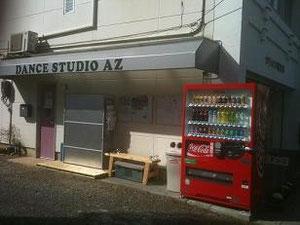 入口は赤い扉からお願いします。