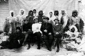"""Экипаж """"Св.Фоки"""" перед отплытием. В центре- Георгий Седов."""