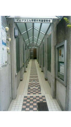 正面玄関の細い通路。「祈りの小路」と呼ばれて親しまれています